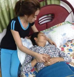 Nghe Chánh án Trương Hòa Bình trả lời Quốc Hội là đã hết luật, bà Nguyễn Thị Loan vốn bị bệnh tim bẩn sinh đã ngả quỵ. Thủy, em Hồ Duy Hải đang chăm sóc mẹ.