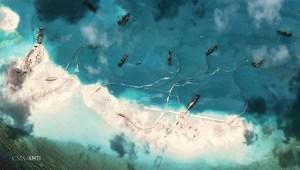 Hình ảnh vệ tinh ngày 16-3 cho thấy có rất nhiều tàu hút bùn đang hoạt động xung quanh Rặng san hô Đá Vành Khăn tại biển Đông (Nguồn: Straights Time)