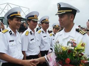 Hạm trưởng Lê Bá Hùng chỉ huy hai tàu khu trục USS Lassen (DDG 82) và USS Blue Ridge (LCC 19) của Hải quân Hoa Kỳ thăm Đà Nẵng hồi tháng 11/2009 (Ảnh: HC)
