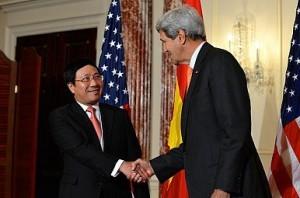 Ảnh: Ngoại trưởng John Kerry và người đồng nhiệm Phạm Bình Minh. Nguồn: U.S. Department of State via Flickr.com