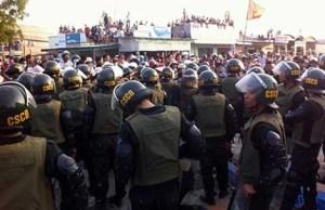 Lực lượng CSCĐ tham gia vãn hồi trật tự. Ảnh: PNX - Báo PLTP