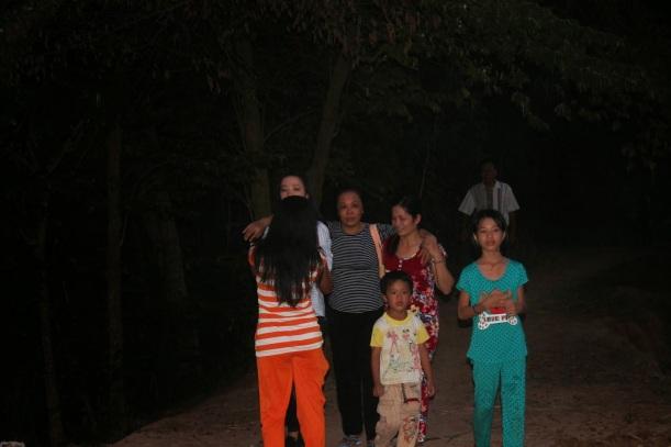 Bà Mai Thị Dung được dìu vào nhà vì sức khỏe rất yếu