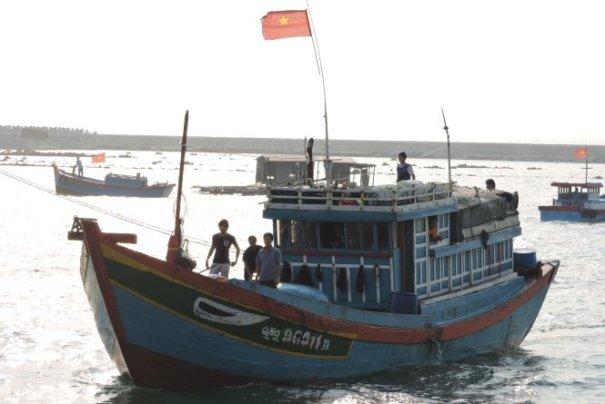 Tàu cá QNg 96011 cập đảo Lý Sơn sau khi bị nạn sáng 18-4