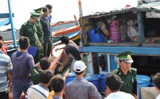 Lực lượng biên phòng lên tàu cá xác minh sự việc