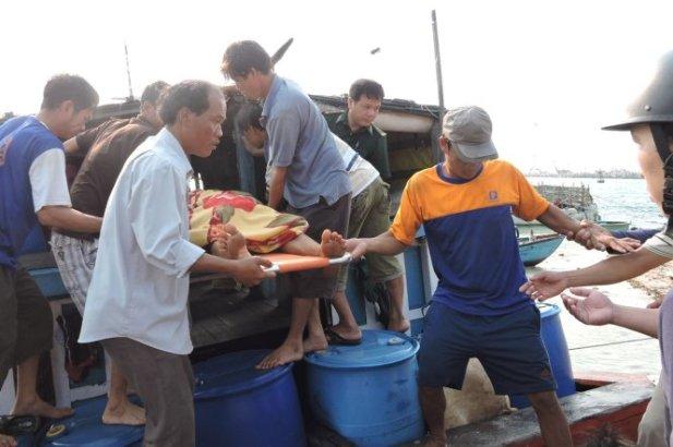 Tàu cá đưa người bị nạn vào bờ cấp cứu - Ảnh: V.Mịnh