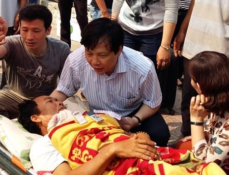 Ông Hồ Quang Lợi, Trưởng Ban Tuyên giáo Thành ủy Hà Nội thăm hỏi ngư dân bị nạn.