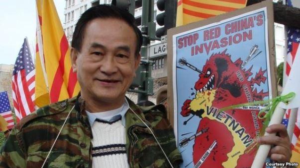 Ông Nguyễn Phú trong một lần biểu tình trước Tổng Lãnh sự quán Trung Quốc ở San Francisco (ảnh Bùi Văn Phú)
