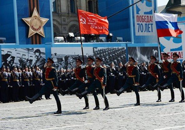 ảnh cờ búa liềm tái hiện trên quảng trường  đỏ