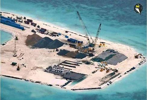 Hình đảo Gạc Ma với những hoạt động xây dựng đường băng rất rầm rộ.