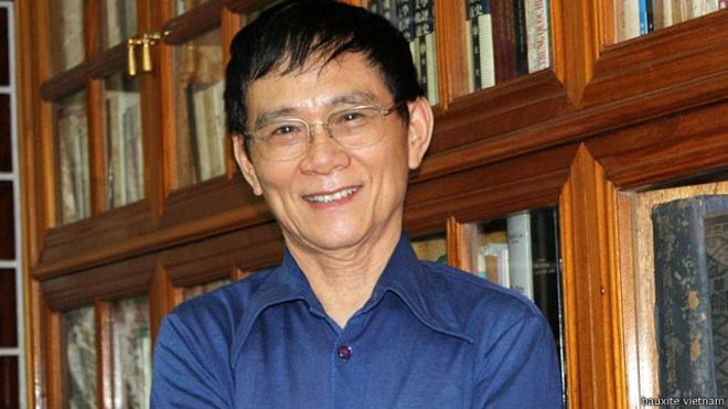Giáo sư Nguyễn Huệ Chi bị cấm xuất cảnh và thu hộ chiếu hôm 18/5/2015 ở phi trường Tân Sơn Nhất.