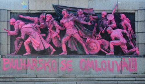 Chú thích ảnh: Đài tưởng niệm Hồng quân Liên Xô ở Praha (Tiệp Khắc cũ) bị dân chúng sơn hồng và ghi lời xin lỗi về sự kiện đàn áp năm 1968.
