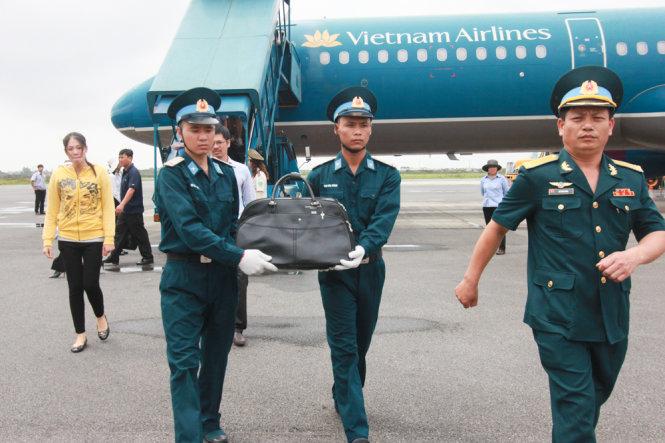 Di cốt thiếu tá Nguyễn Anh Tú trong cái túi xách tay. Ảnh: Tiến Thắng - Báo Tuổi Trẻ