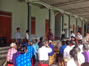 Lê Châu trong một buổi phát quà từ thiện