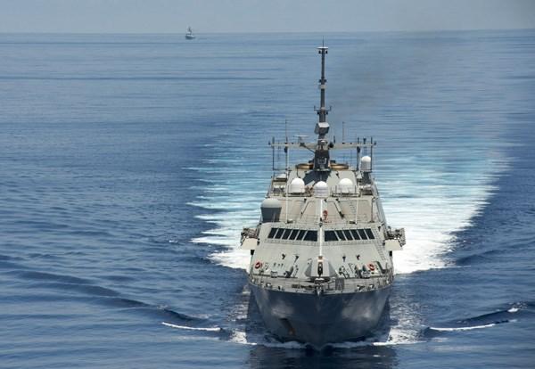 Tàu tác chiến cận bờ USS Fort Worth (LCS 3) tuần tra gần quần đảo Trường Sa, phía sau bên trái là tàu hộ vệ tên lửa Yancheng (FFG 546) của Trung Quốc bám theo, ngày 11.5.2015 - Ảnh: Hải quân Mỹ