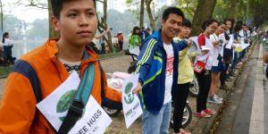 Ảnh: người dân Hà Nội đi picnic tree hugs bảo vệ cây xanh ở hồ Thiền Quang (nguồn: internet)
