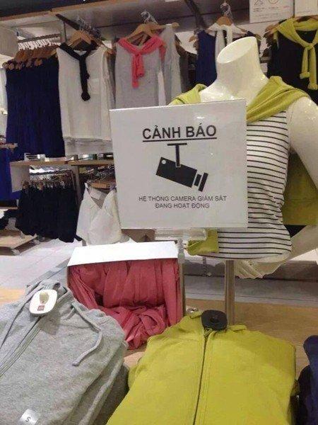 Biển cảnh báo bằng tiếng Việt được chụp lại trong một shop thời trang tại Nhật
