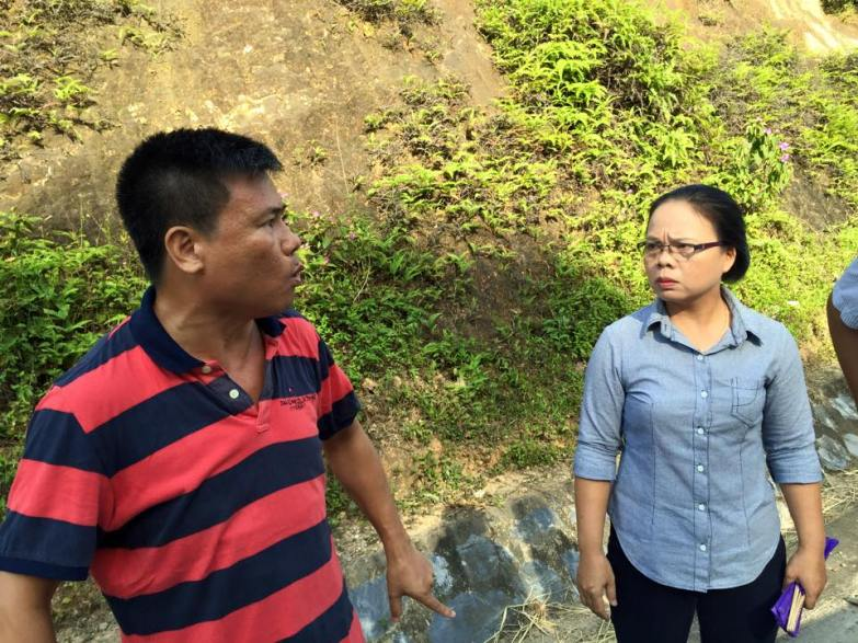 Không có một cái ôm chờ đợi, hơn 20 kẻ mặc thường phục chĩa camera vào cuộc hội ngộ sau hai năm của hai vợ chồng một nhà báo chỉ mong đất nước tốt đẹp. Nguồn: FB Trương Huy San