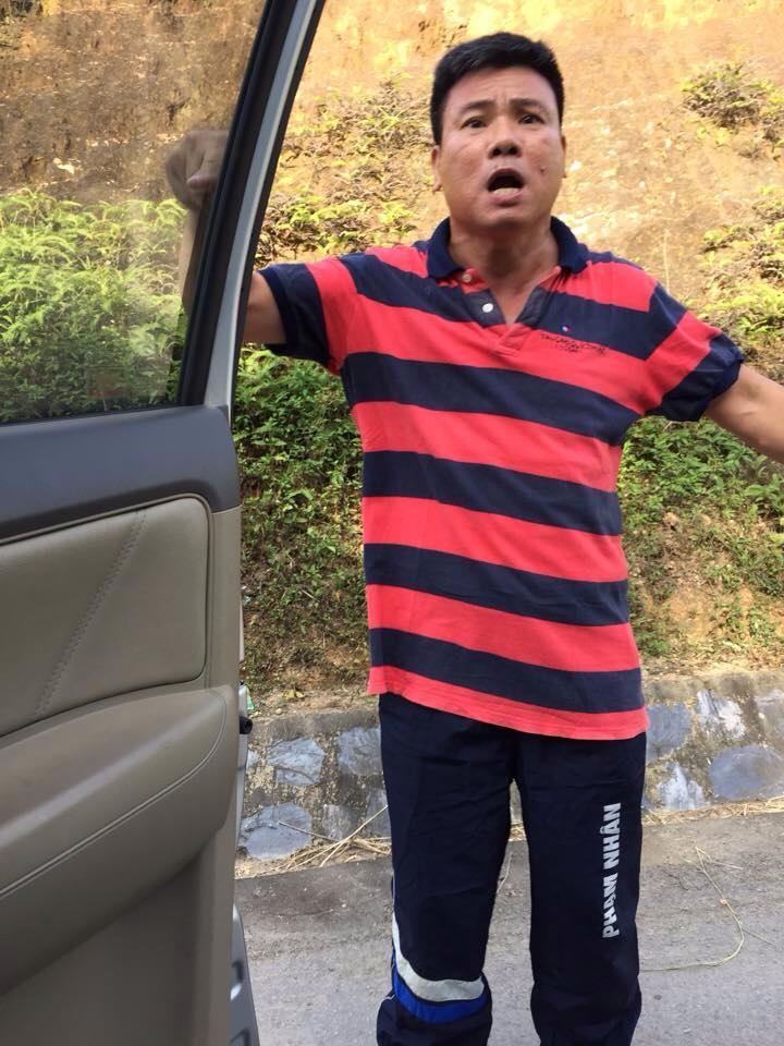 Những giờ phút tự do đầu tiên của Trương Duy Nhất sau 2 năm ngồi tù. Anh mặc chiếc quần đóng dấu phạm nhân. Nguồn: Nhà văn Phạm Xuân Nguyên