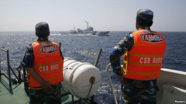 Cảnh sát biển Việt Nam giám sát tàu Trung Quốc ở Biển Đông.
