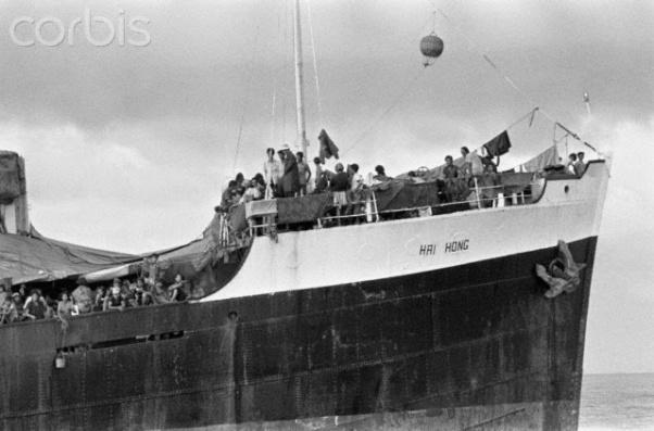Chuyến Tàu Hải Hồng do chính quyền cộng sản Việt Nam mua sắm từ một tàu cũ của Panama, và tổ chức thu tiền người Việt gốc Hoa để được ra đi tỵ nạn cộng sản vào tháng 11 năm 1978 và bị Indonesia và Malaysia từ chối, nó bị neo ngoài biển Đông 2 năm - Ảnh Corbis