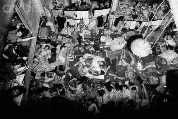 Người vượt biển trên tàu Hải Hồng nằm la liệt vì đói khát để chờ được các quốc gia cho phép tỵ nạn. Ảnh Corbis