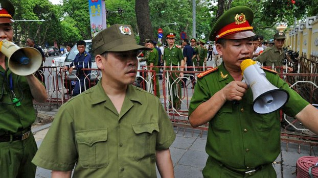 Lực lượng công an đến giải tán các toán biểu tình chống Trung Quốc