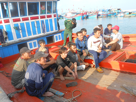 Ngư dân thất thần khi bị tàu Trung Quốc tấn công, cướp tài sản