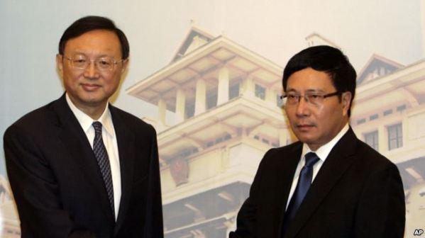 Ủy viên Quốc vụ Viện Trung Quốc Dương Khiết Trì và Phó thủ tướng kiêm Bộ trưởng Ngoại giao Việt Nam Phạm Bình Minh trong một cuộc họp về vấn đề Biển Đông tại Hà Nội ngày 18/6/2014.
