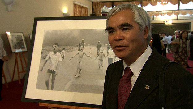 Nhiếp ảnh gia Nick Út tại cuộc triễn lãm ảnh Chiến tranh Việt Nam ở Hà Nội vào tuần trước