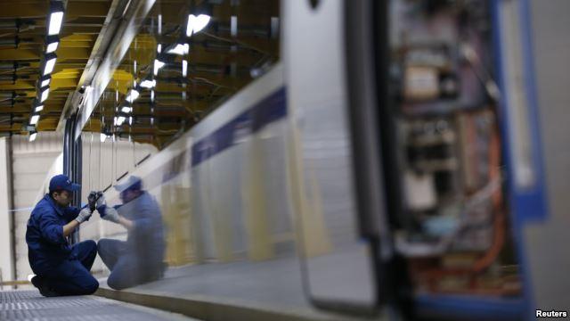 Công nhân làm việc tại một dây chuyền lắp ráp tàu ở Trung Quốc. 13 chiếc tàu điện của Trung Quốc mà Việt Nam tính mua của một công ty ở Bắc Kinh trị giá hơn 60 triệu đôla. Tàu mô hình sẽ được giới thiệu với người dân vào cuối năm 2015, và tàu sẽ được đưa về Việt Nam năm 2016.
