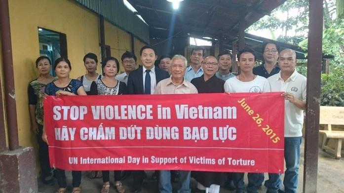 Các nhà hoạt động nhân quyền với ông Garrett Harkins (LSQ Hoa Kỳ) sau buổi lễ đánh dấu ngày Quốc tế ủng hộ nạn nhân tra tấn nhục hình tại Chùa Liên Trì, Sài Gòn