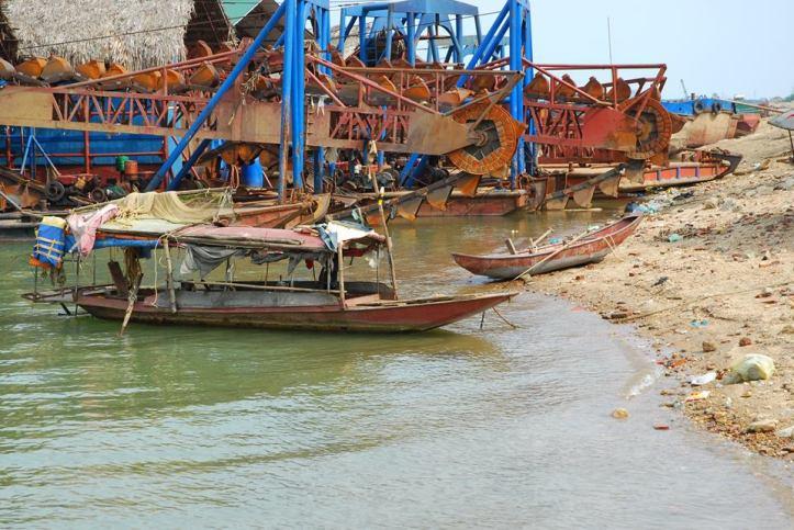 Tàu hút cát trên sông Lô