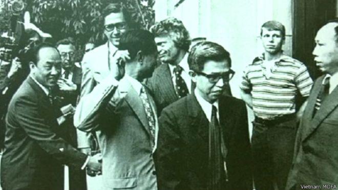 Ông Trần Quang Cơ (ở giữa, complet màu tối) đã tham gia quá trình bình thường hóa quan hệ với Hoa Kỳ