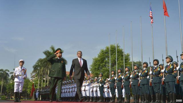 Bộ trưởng Bộ Quốc phòng Việt Nam Phùng Quang Thanh và Bộ trưởng Quốc phòng Mỹ Ashton Carter duyệt hàng quân danh dự tại Hà Nội, ngày 1/6/2015.