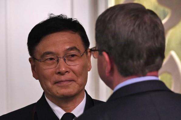 Đô đốc Trung Quốc, ông Tôn Kiến Quốc nói chuyện với Bộ trưởng Quốc phòng Mỹ Ash Carter tại Đối thoại Shangri-La ở Singapore vào cuối tuần này. Đô đốc Tôn cho biết, Trung Quốc đã 'kiềm chế hết mức' ở Biển Đông. Ảnh: AFP / Getty Images