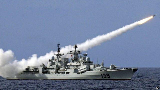 Tàu chiến Trung Quốc bắn tên lửa trong một cuộc tập trận ngoài khơi Biển Đông.