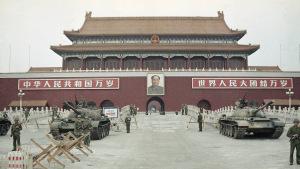 Ảnh: Quân đội Giải phóng Nhân dân Trung Quốc (PLA) đứng gác với xe tăng trước mặt Thiên An Môn vào Tháng Sáu, 1989. (AP Photo / Sadayuki Mikami)