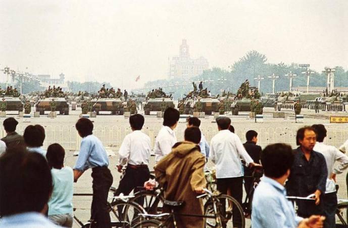 Ngày 7/6/1989, một nhóm người dân Bắc Kinh nhìn về phía quảng trường Thiên An Môn nơi những chiếc xe tăng đang chiếm giữ (Ảnh: Internet)