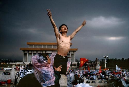 Sinh viên biểu tình trên Thiên An Môn (Ảnh: Internet)