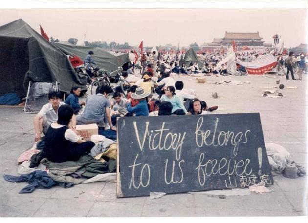 """Sinh viên dựng lều tạm trước quảng trưởng Thiên An Môn. Một tấm biển với dòng chữ: """"Chiến thắng mãi thuộc về chúng ta"""". (Ảnh: Internet)"""