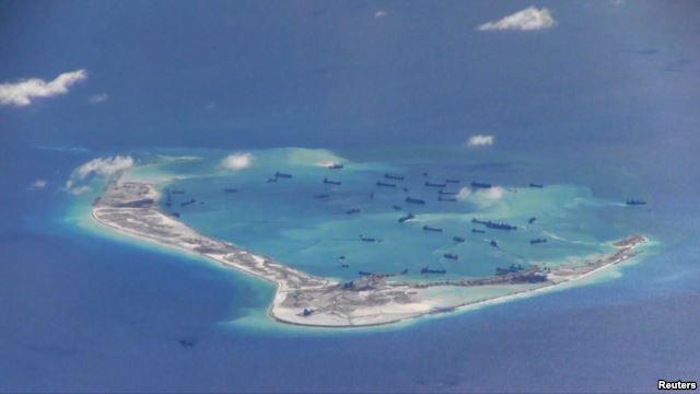 Tàu nạo vét của Trung Quốc trong vùng biển quanh đảo Đá Vành Khăn, thuộc quần đảo Trường Sa ở Biển Đông. Các chuyến bay trinh sát của Mỹ gần những bãi cạn mà Trung Quốc đang cải tạo cho thấy mấy mươi chiếc tàu đang ráo riết tiến hành hoạt động lấy đất lấp biển.