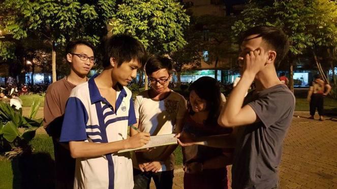 Các bạn trẻ ở Hà Nội tham gia ký vào bản Hiến Chương 2015