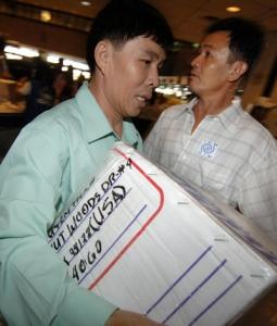 Người tị nạn Việt Nam tại phi trường Manila, Philippines, chuẩn bị sang định cư vĩnh viễn tại Mỹ. (Hình minh họa: Joel Nito/AFP/Getty Images)