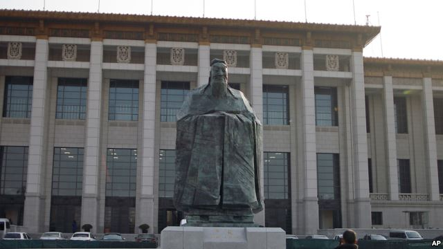 Tượng Khổng Tử gần Quảng trường Thiên An Môn ở Bắc Kinh. Theo Nhân dân Nhật Báo của Trung Quốc, hiện có khoảng hơn 400 Viện Khổng Tử do Trung Quốc tài trợ đặt tại các trường đại học trên toàn thế giới, trong đó có cả Mỹ và nhiều nước Châu Phi.