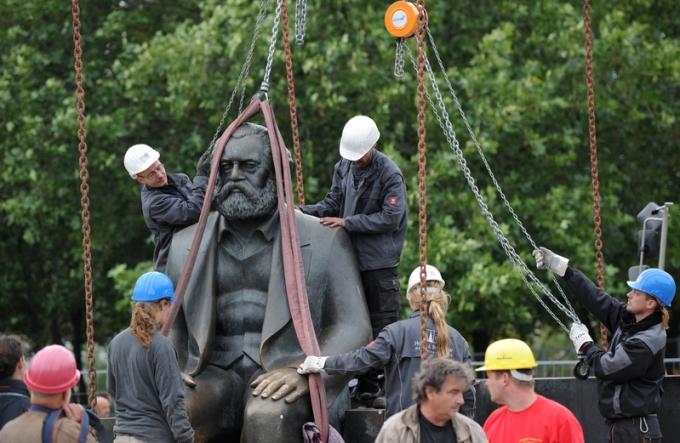 Ngày 6 tháng 6, truyền thông của Trung Quốc đại lục đã tiết lộ rằng, cha đẻ của Chủ nghĩa Cộng sản Karl Marx đã giã từ cõi thế một cách đầy đau đớn với một thân thể đầy bệnh tật và những ung nhọt. Trong hình đang chụp các công nhân Đức đang tiến hành di dời một bức tượng của Marx tại thành phố Berlin. Bức tượng này được Đảng Cộng sản Đông Đức dựng lên vào năm 1986 (Getty Images)