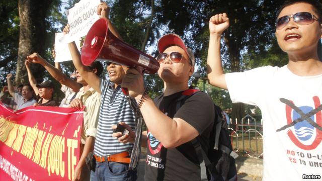 Người biểu tình chống Trung Quốc ở bên ngoài Đại sự quán Trung Quốc ở Hà Nội tháng Năm năm ngoái.