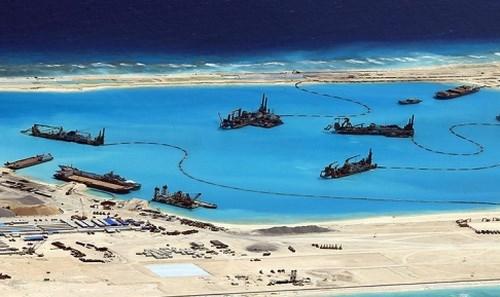 Ảnh chụp từ vệ tinh cho thấy tàu Trung Quốc ráo riết xây đảo nhân tạo trái phép ở Đá Chữ Thập thuộc Quần đảo Trường Sa của Việt Nam - Ảnh: Reuters