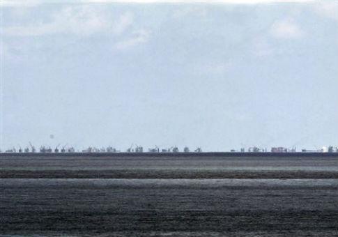 Công cuộc cải tạo đảo của Trung Quốc trên bãi ngầm Subi được nhìn thấy từ đảo Thị Tứ (Pag-asa) trong quần đảo Trường Sa ở Biển Đông, phía tây tỉnh Palawan, Philippines /AP