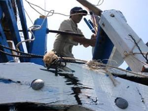 Một trong những tàu cá của Việt Nam bị tàu tuần Trung Quốc đâm vỡ mạn. (Hình: Dân Trí)