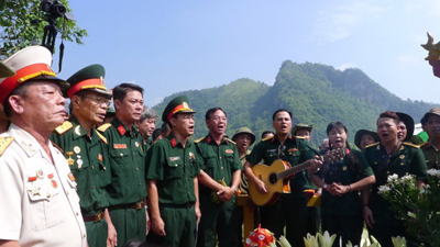 Hình ảnh những cựu chiến binh của sư đoàn 356 tưởng niệm đồng đội đã tử trận ở Vị Xuyên, Hà Giang vào ngày 12 tháng 7 năm 1984 được đăng trên tờ Tuổi Trẻ. (Hình: Tuổi Trẻ)
